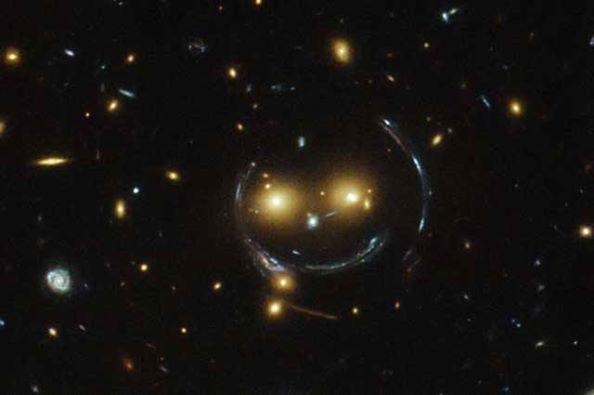 Hubble Uzay Teleskobu gülümseyen galaksi kümesi keşfetti!.. :)